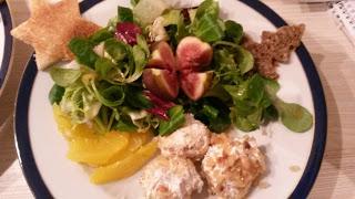 Vorspeise – Ziegenkäsebällchen mit Pinienkernen auf Salat