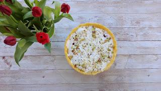 Muttertag wird gefeiert mit einem Himbeer-Baiser-Kuchen