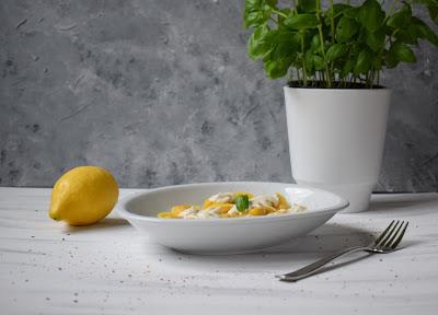Ziegenfrischkäse-Soße mit Lachstortellini