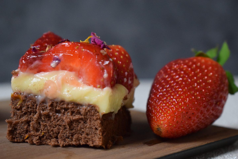 Schoko-Vanille Würfel mit Erdbeeren