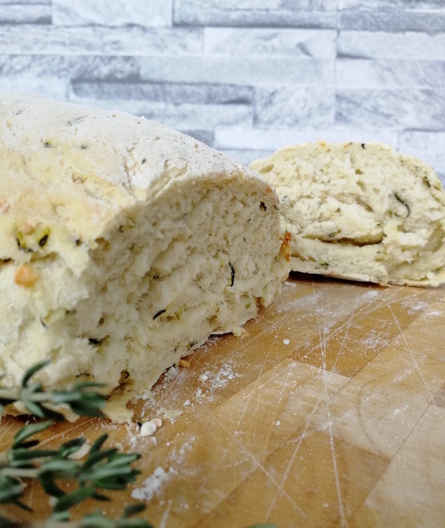Zucchinibrot mit Feta und Thymian