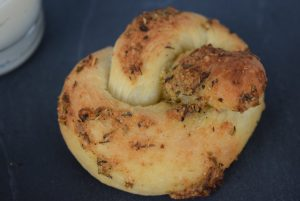 Knoblauch Parmesan Knoten nah