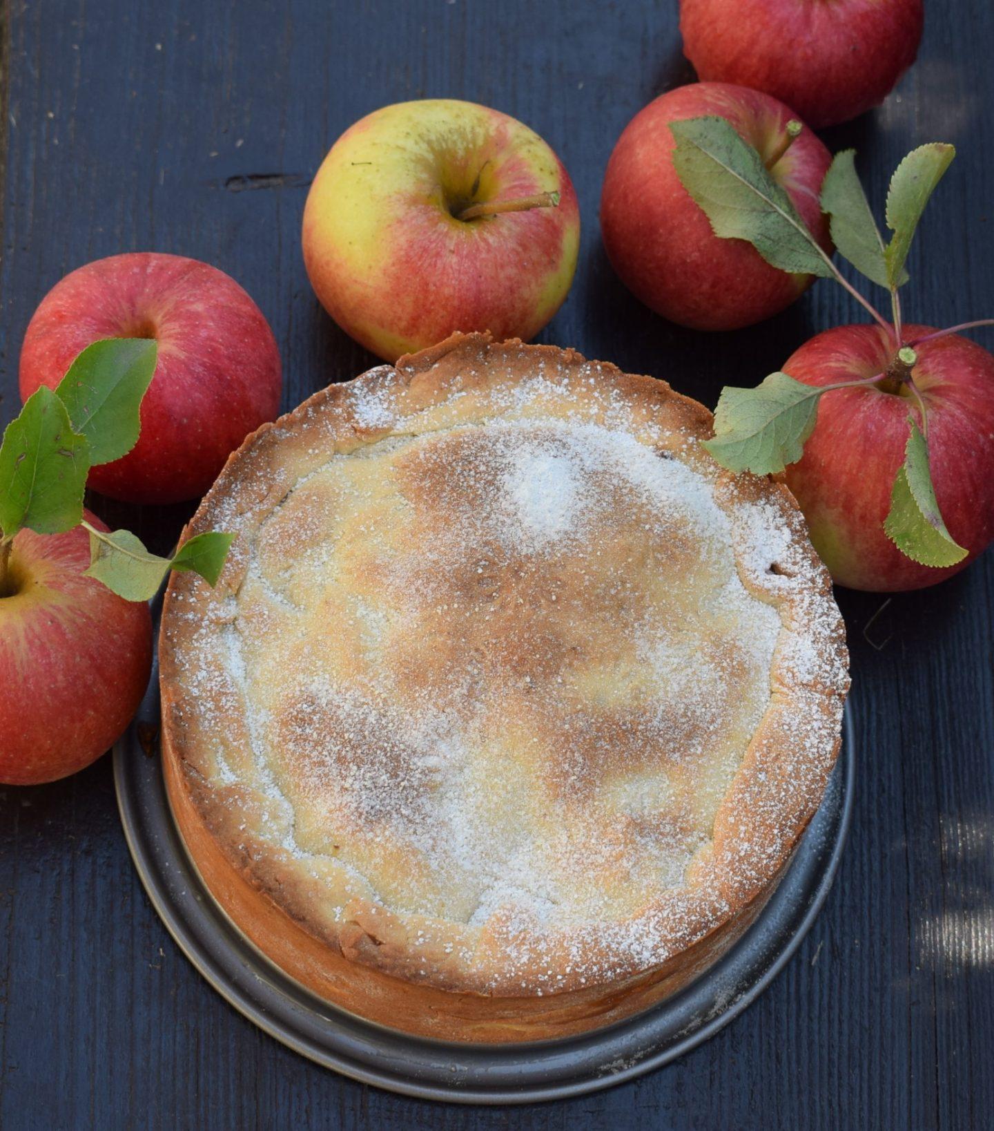 Kleiner gedeckter Apfelkuchen