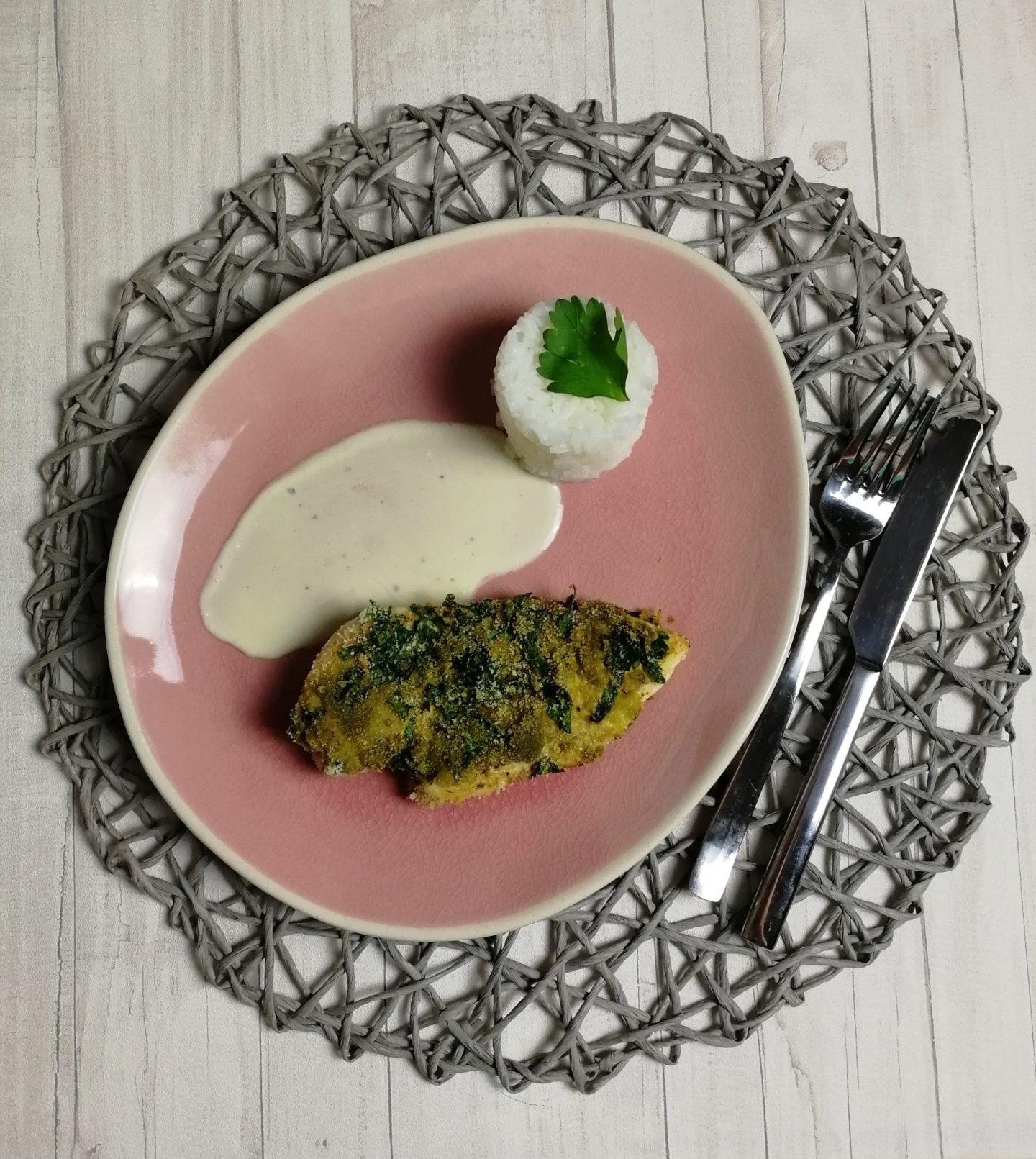 Panierte Pesto-Hähnchenschnitzel mit Reis und Schmand Weißwein-Soße
