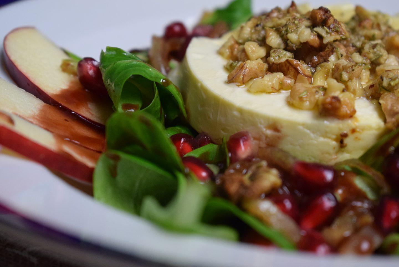 Feldsalat mit Portweindressing und gratiniertem Feta