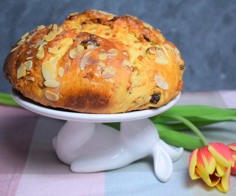 Osterbrot mit Rumrosinen und Erdnusskrokant